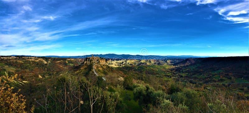 Civita di Bagnoregio, città etrusca nella provincia di Viterbo, Italia Paesaggio, cielo, ponte, natura e città antica fotografia stock
