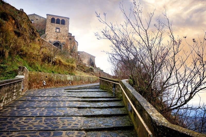 Civita Di Bagnoregio: malowniczy krajobraz antyczna wioska przy zmierzchem, po burzy na stromym tuff wzgórzu, Włochy fotografia stock