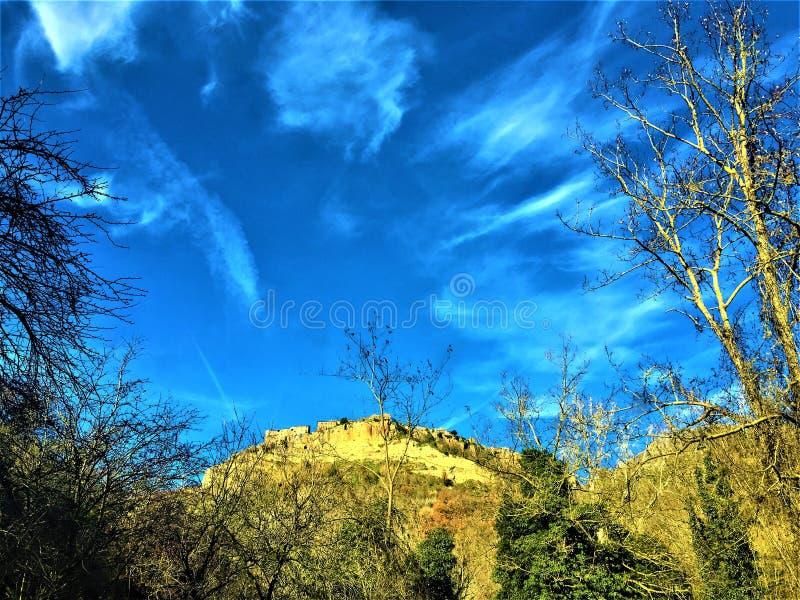 Civita di Bagnoregio, provincia de Viterbo, Italia Ciudad, cielo y magia imagen de archivo