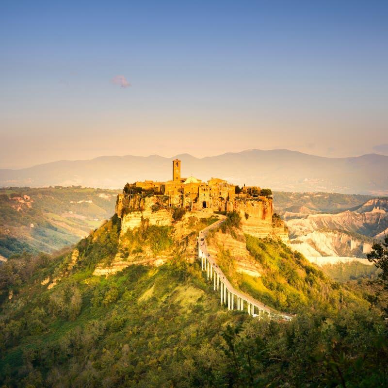 Civita Di Bagnoregio punkt zwrotny, powietrzny panoramiczny widok na zmierzchu. Włochy zdjęcie royalty free