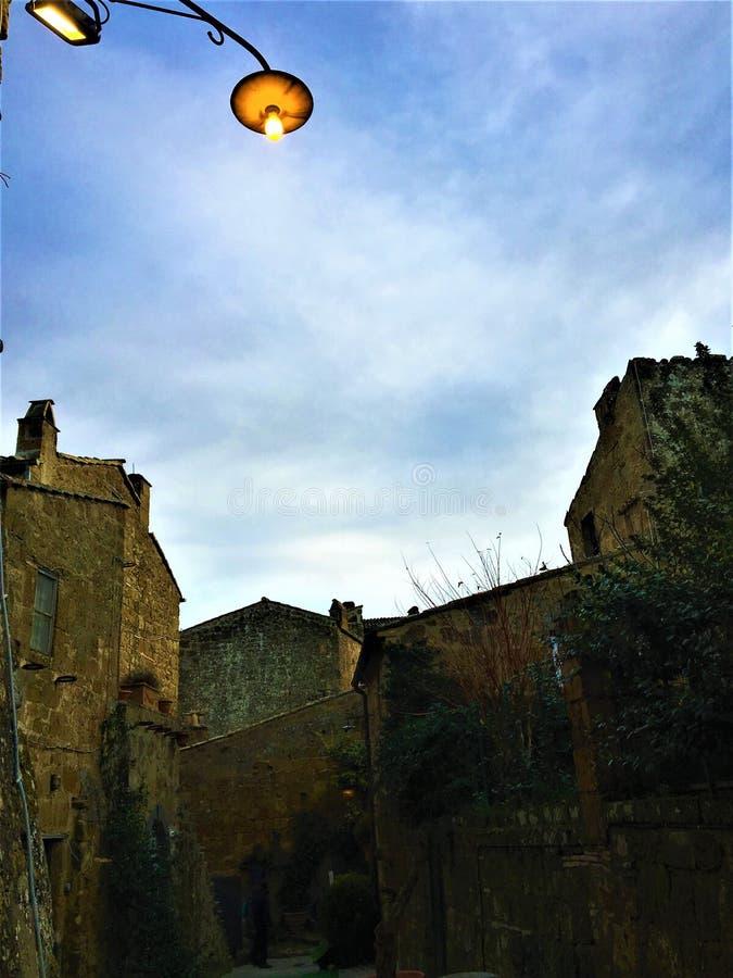 Civita Di Bagnoregio, stad in de provincie van Viterbo, Italië Geschiedenis, tijd, architectuur, lamp, verlichting, hemel, muur e stock foto's