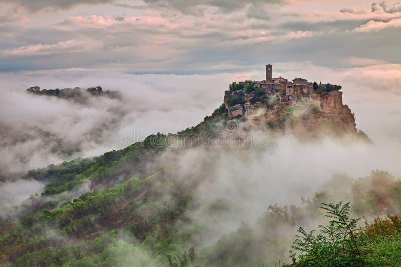 Civita di Bagnoregio, Viterbo, Lazio: Landschaft an der Dämmerung mit Nebel stockfoto