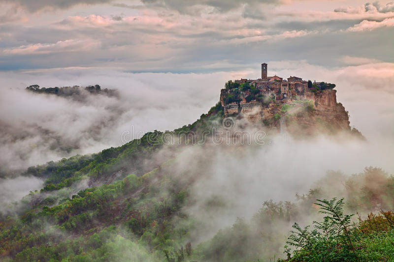 Civita di Bagnoregio, Viterbo, Lazio: landskap på gryning med dimma arkivfoto