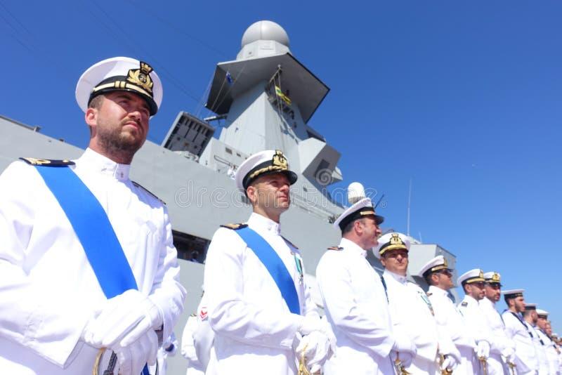 Civitavecchia Рим Италия некоторые матросы от итальянского военно-морского флота раскрытого под высокогорным военным кораблем жда стоковая фотография rf