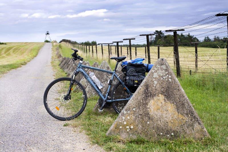 Cizov Tsjechisch Rep 23ste Juni 2018 EuroVelo 13, fiets met zakken die zich door de rest van het IJzeren gordijn in Tsjech bevind royalty-vrije stock foto's