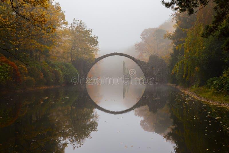 Cke do ¼ de Rakotzbrà & x28; Devil& x27; bridge& x29 de s; na névoa do amanhecer imagens de stock royalty free