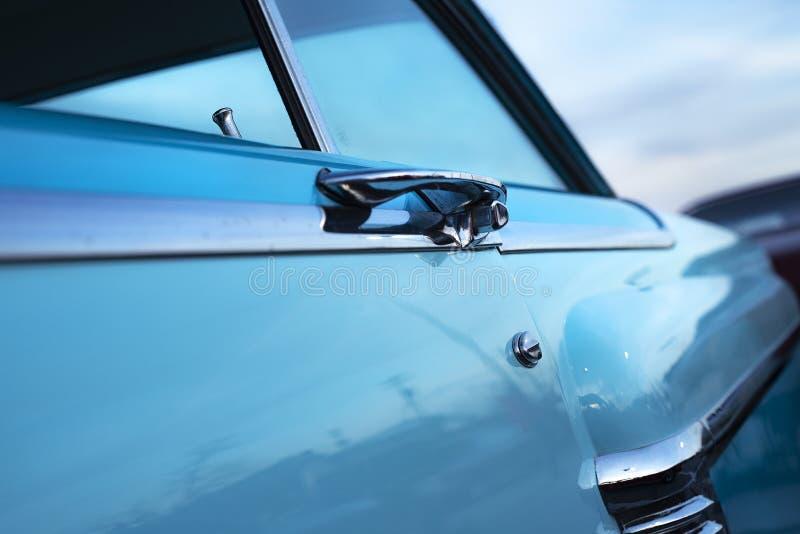 Clásico coche muscular americano de los años 50 restaurado, panel lateral y puerta al atardecer imagenes de archivo