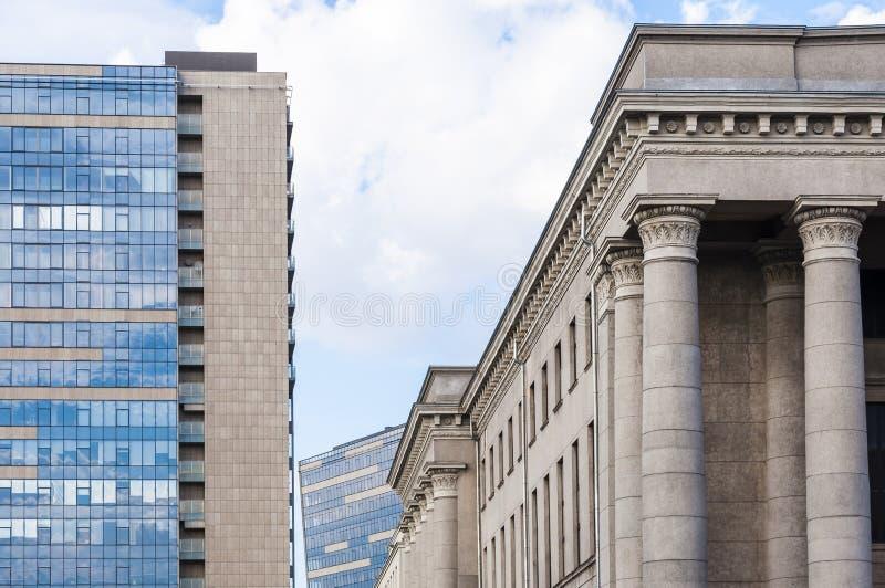 Clásico contra estilos contemporáneos de la arquitectura de las fachadas fotos de archivo