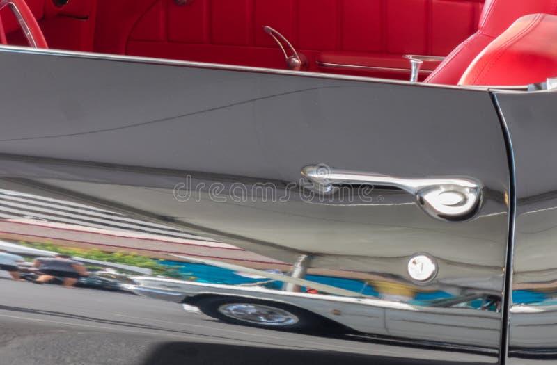 Clásico negro convertible, interior rojo fotos de archivo libres de regalías