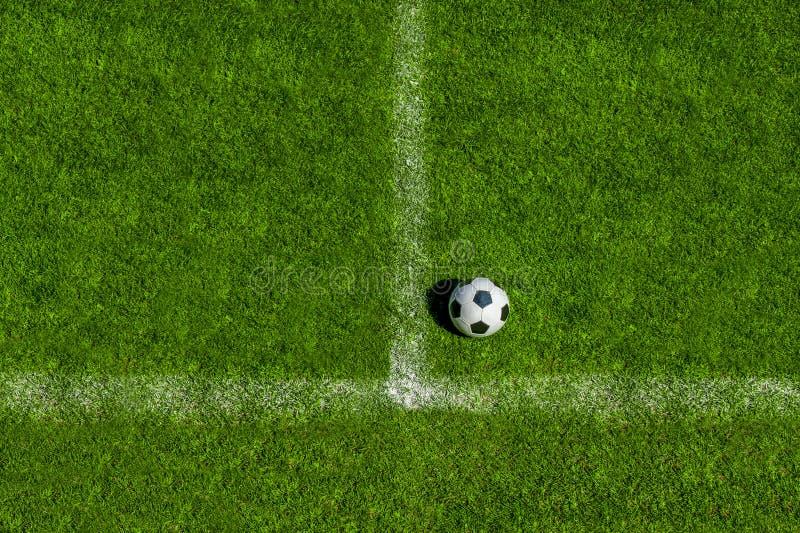 Clássico da bola de futebol em preto e branco no ponto da pena no relvado artificial verde foto de stock royalty free