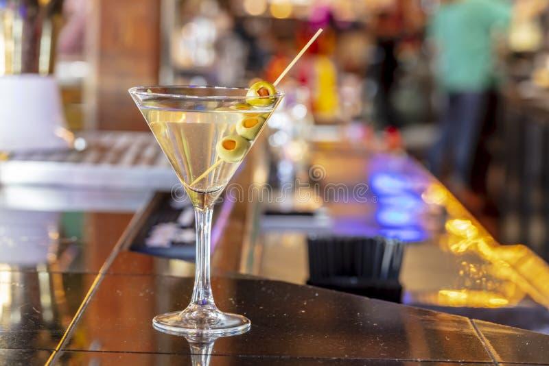 Clássico Martini seco com azeitonas em uma barra em uma taberna local fotos de stock royalty free