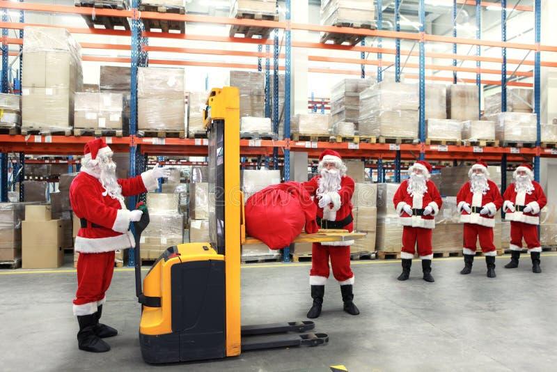 Cláusulas de Santa en la línea para los sacos de regalos fotos de archivo