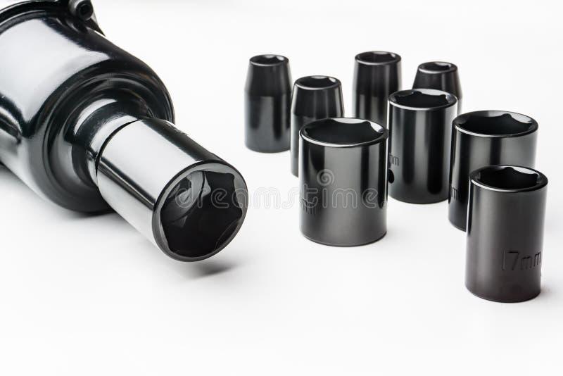 Clé à douille universelle métrique, trousse d'outils sur le fond blanc photos stock