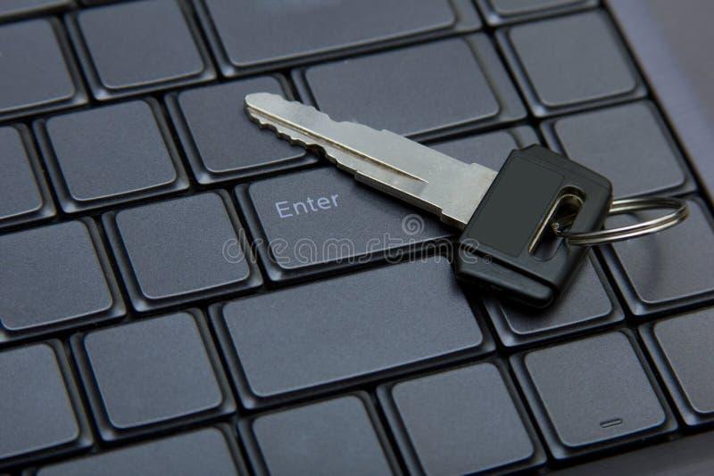 Clé à entrer dans un ordinateur. image stock