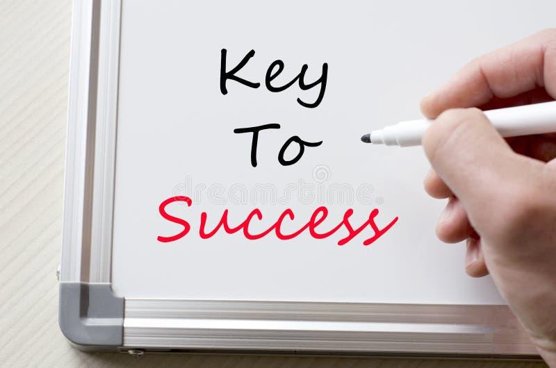 Clé au succès écrit sur le tableau blanc image stock