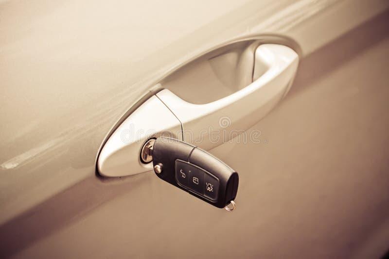 Clé avec le système d'alarme dans la portière de voiture photographie stock libre de droits
