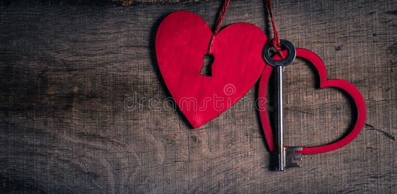 Clé avec les coeurs comme symbole de l'amour. Coeur avec un trou de la serrure. photos libres de droits