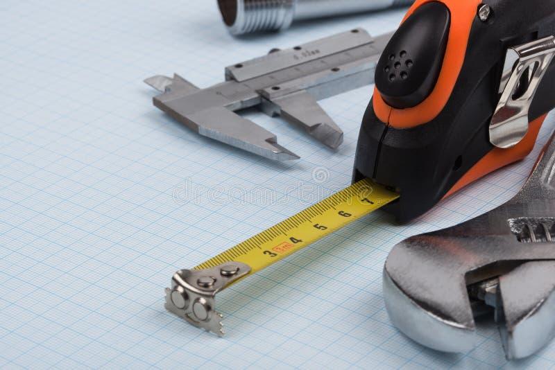 Clé, calibre et ruban métrique photographie stock libre de droits