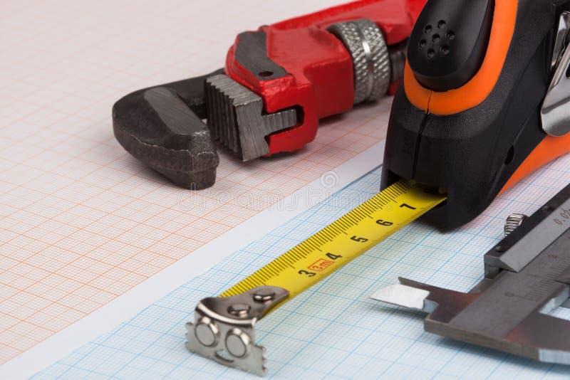 Clé, calibre et ruban métrique photo stock