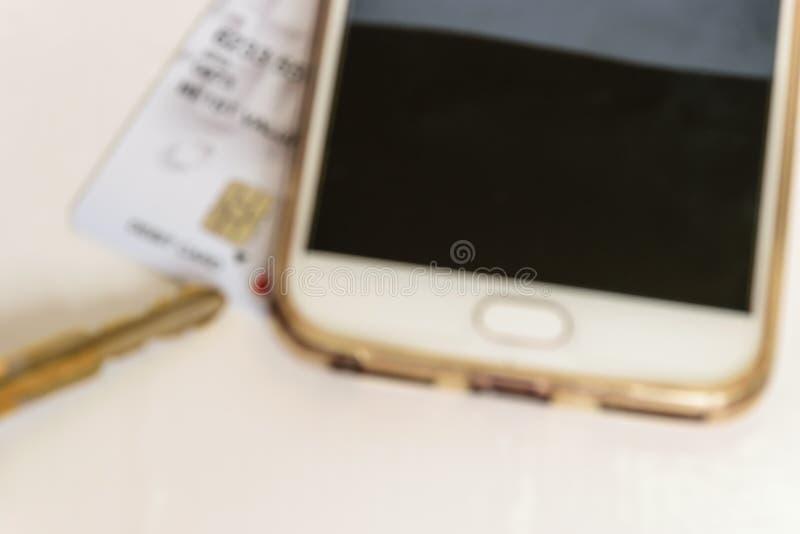 Clé, chariot et smartphone d'isolement, image de tache floue photo stock