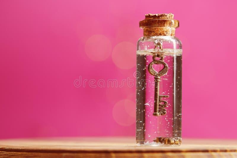 Clé d'amour à l'intérieur de la bouteille de verre miniature photo stock