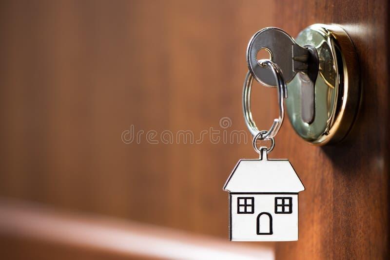 Clé de Chambre dans la porte image stock