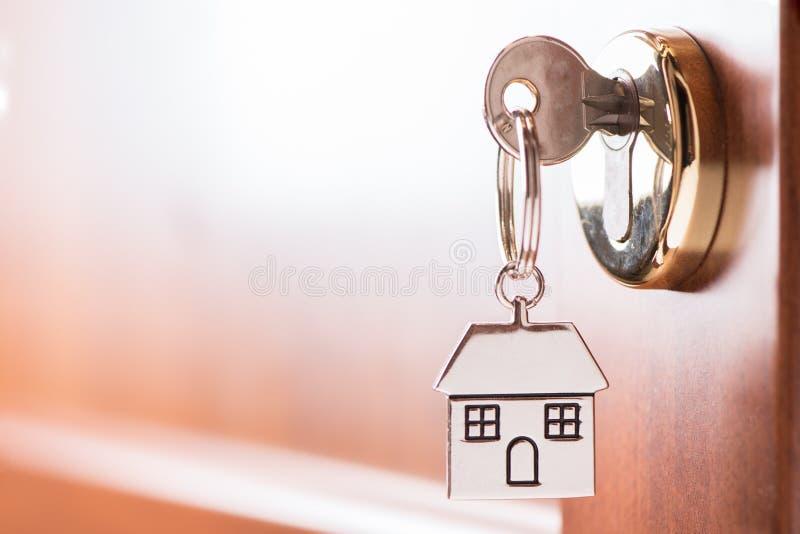 Clé de Chambre sur une porte de brun de maison image stock