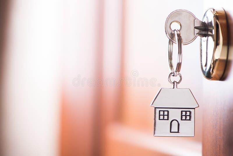 Clé de Chambre sur une porte de brun de maison photo stock