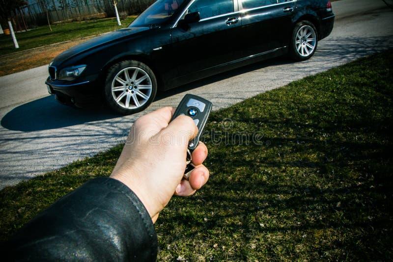 Clé de début de BMW 750 dans une main masculine photographie stock