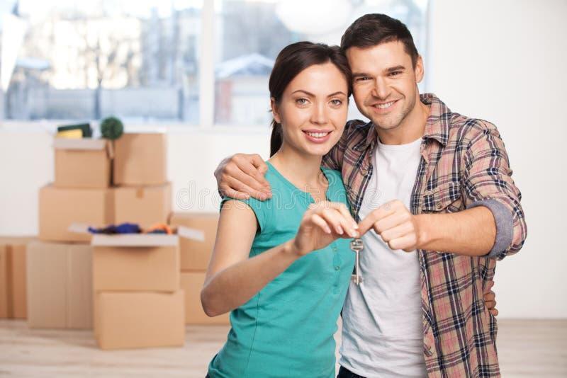 Clé de leur nouvelle maison. images stock