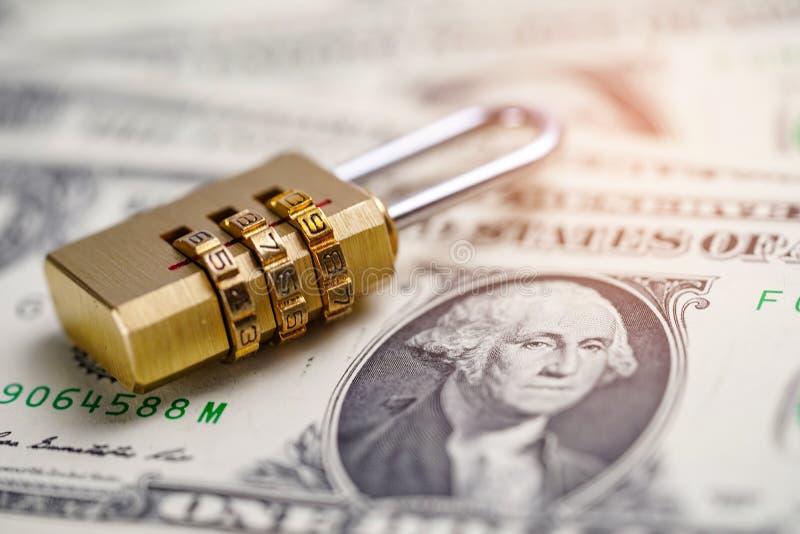 Clé de verrouillage numérique de mot de passe de sécurité d'or sur des billets de banque de dollar US photographie stock libre de droits