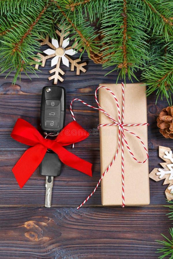 Clé de voiture avec l'arc coloré avec le boîte-cadeau sur le fond en bois image libre de droits