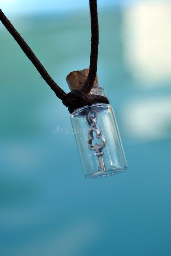 Clé du coeur de aimé dans une fiole en verre le jour des amants de la valentine sainte image libre de droits