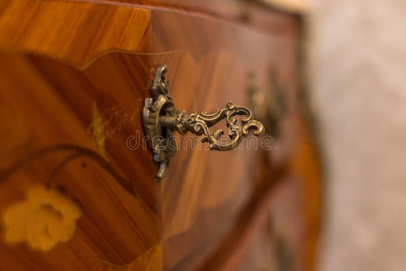 Clé en bronze découpée pour des meubles photographie stock
