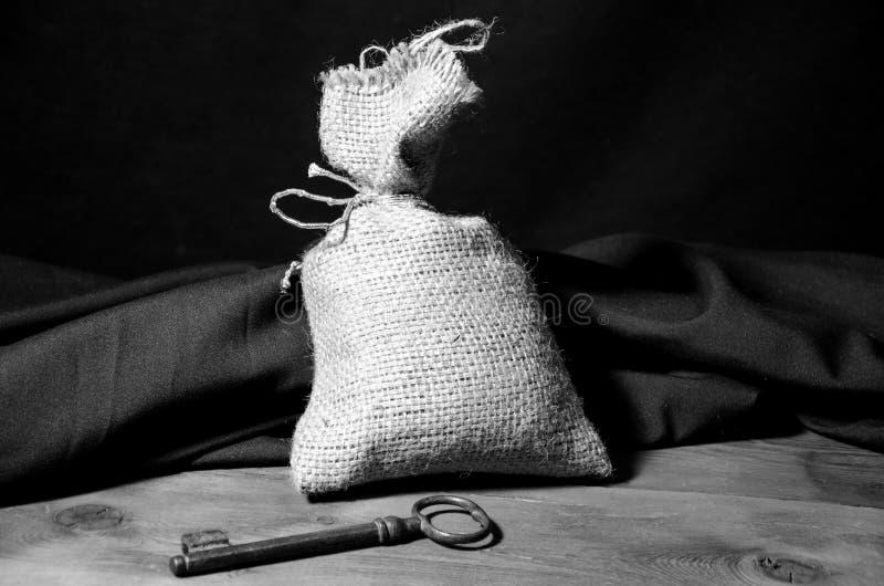 Clé et sac sur une table photo libre de droits