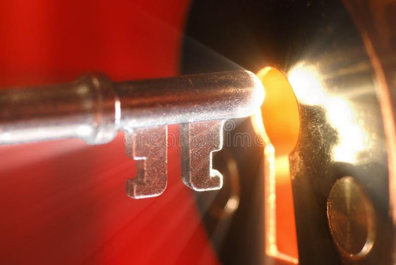 Clé et trou de la serrure avec la lumière images libres de droits