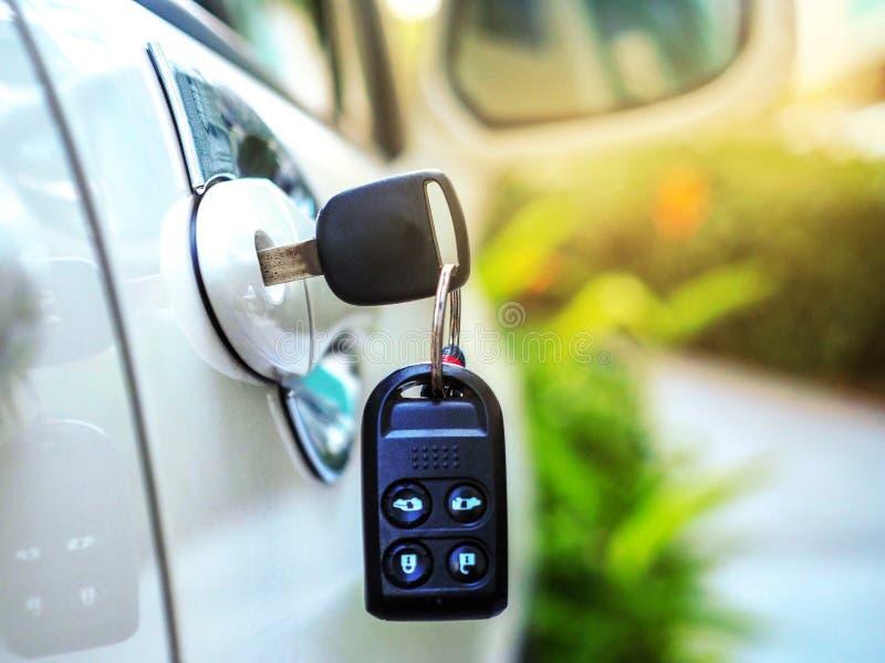 Clé gauche sur la portière de voiture aux parkings images libres de droits