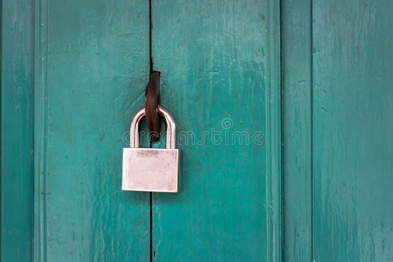 Clé machine et vieille porte en bois images libres de droits
