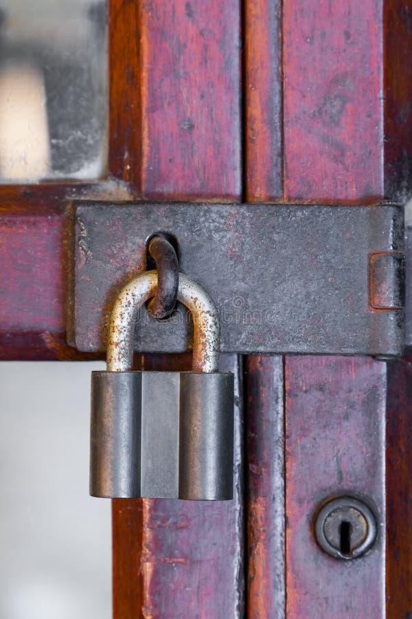 Clé machine rouillée sur la porte en bois photographie stock libre de droits