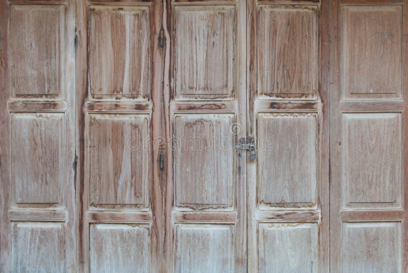 clé machine sur le bouton en bois de porte et de clé photos libres de droits