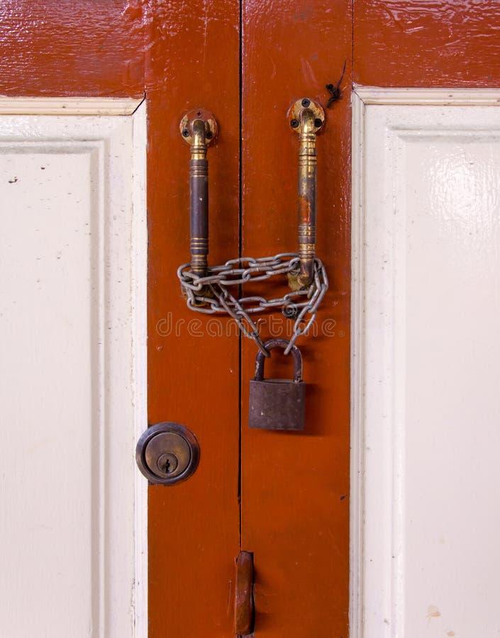 clé machine sur le bouton en bois de porte et de clé image libre de droits