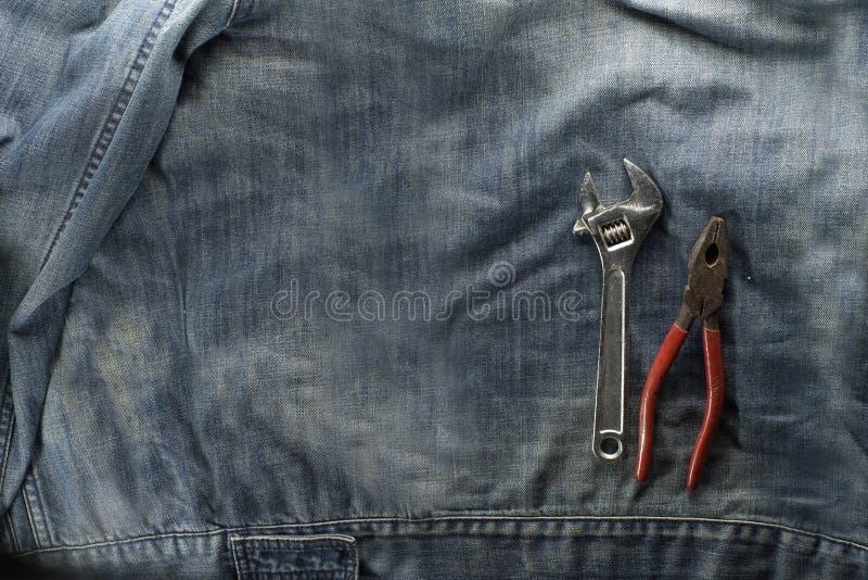 Clé, clé réglable, coupe-fil, pinces, d'isolement sur la veste de travail Concept de Fête du travail image stock