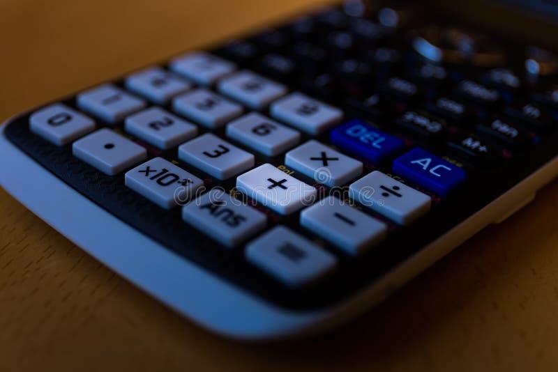Clé s'ajoutante plus du clavier d'une calculatrice scientifique images stock