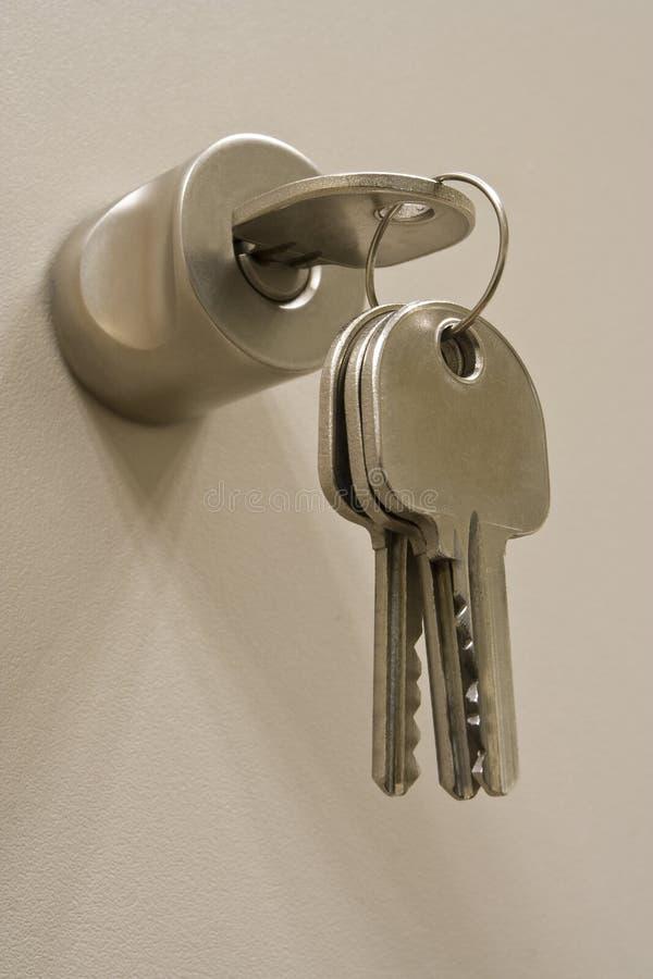 Clé sur le blocage avec des clés de rechange photos libres de droits