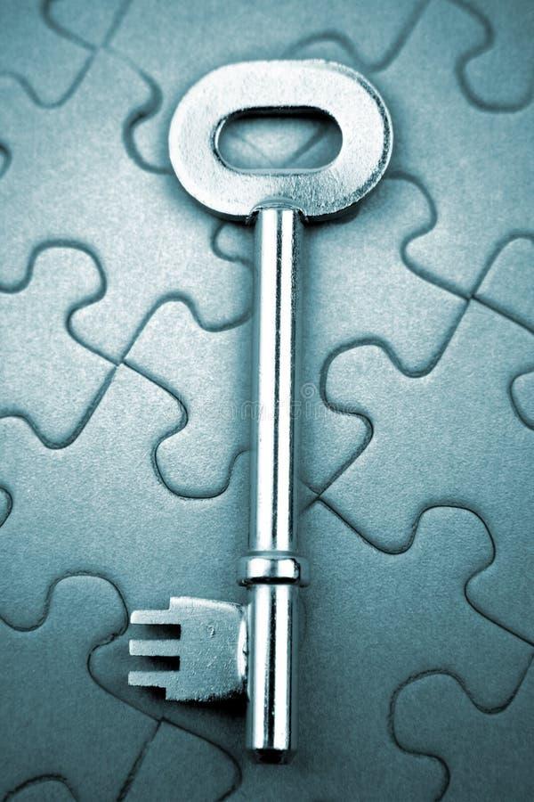 Clé sur le puzzle photographie stock