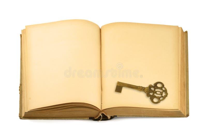 Clé sur le vieux livre photo stock