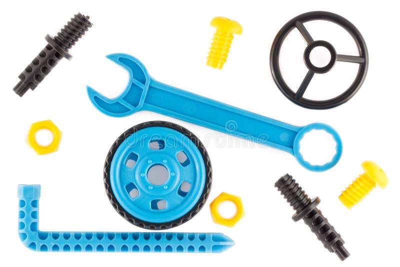 Clé, volant, roue, boulons et écrous comme parties du concepteur de plastique éducatif des enfants photo libre de droits