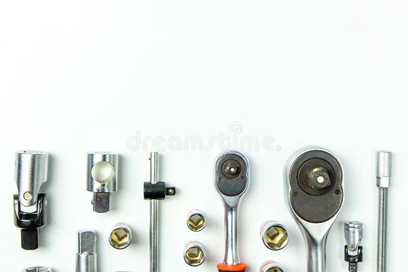 Clés à fourche de prise sur le fond blanc pour les outils mécaniques photos stock