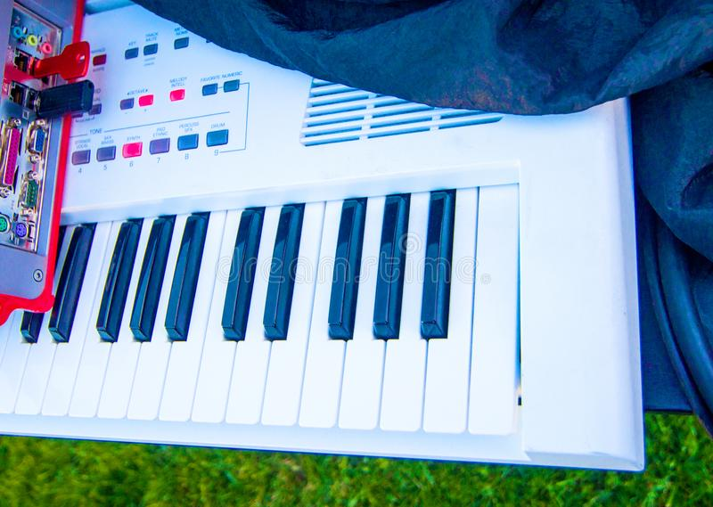 Clés blanches et noires du clavier de piano électrique images libres de droits