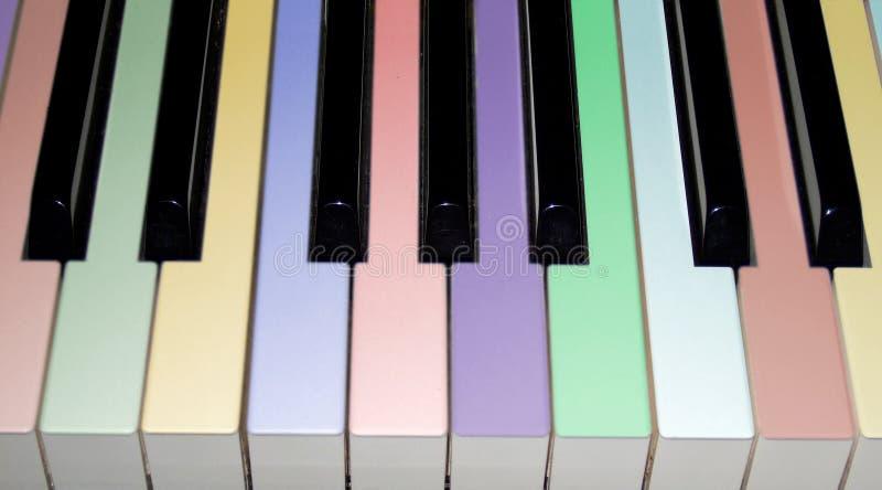 Clés colorées de piano photos stock